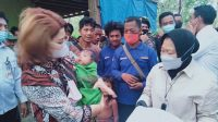 Menteri Sosial Tri Rismaharini saat mengunjungi kelompok Orang Rimba Sungai Terap di Desa Jelutih, Kabupaten Batanghari, Jambi.(KOMPAS.com/SUWANDI)